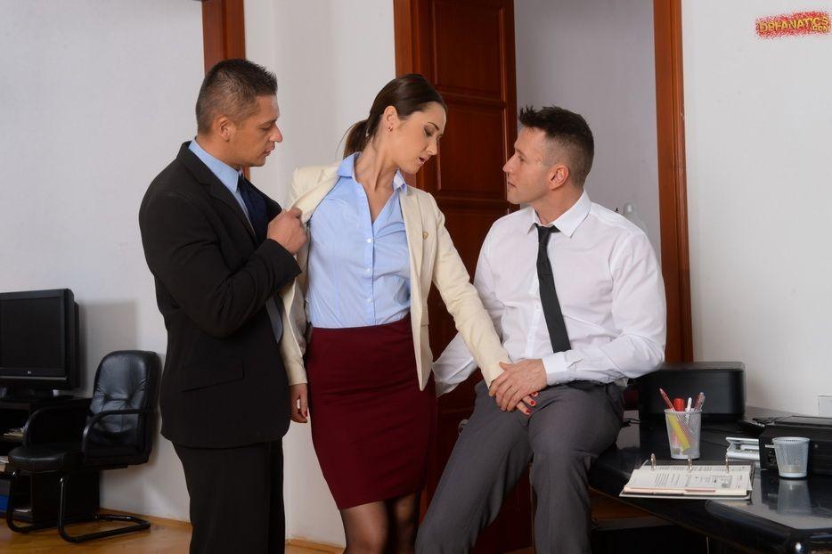 Angie Moon трахнул босс и его заместитель прямо в кабинете