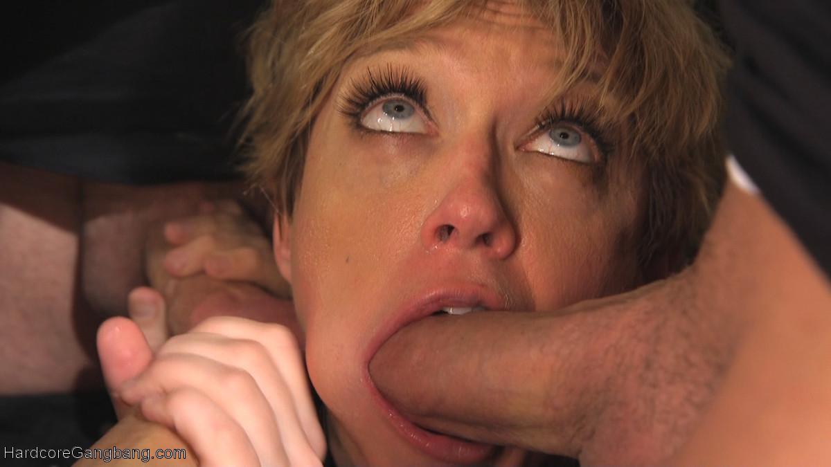 Матерая женщина принимает участие в сумасшедших оргиях и ей это чрезвычайно нравится