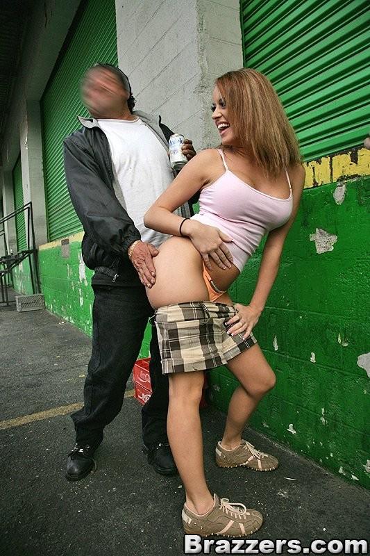 Интим с проституткой в людном месте