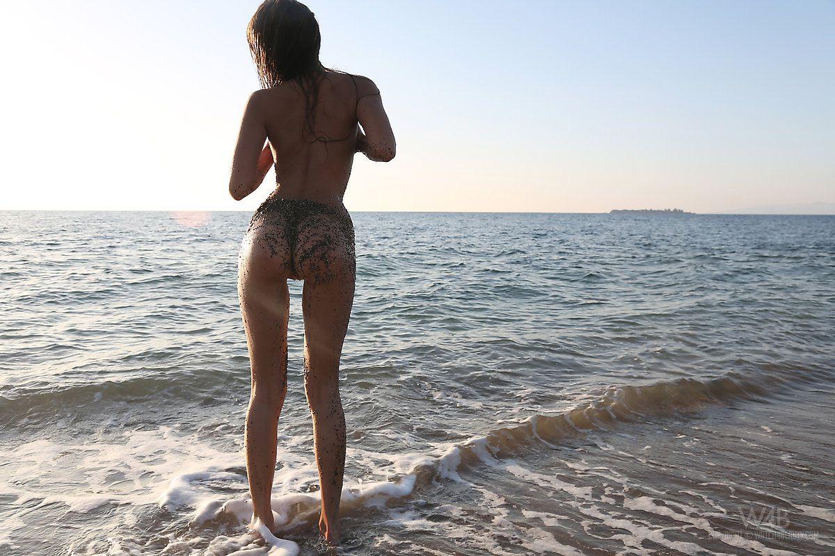 Молодая милашка Melena A снимает свое бикини у океана и показывает свое безупречное тело
