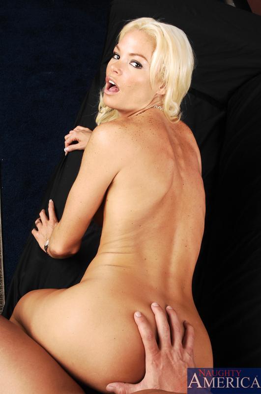 Непостижимая блондиночка Rhylee Richards сфотографировала как умело она может строгать твердый стержень