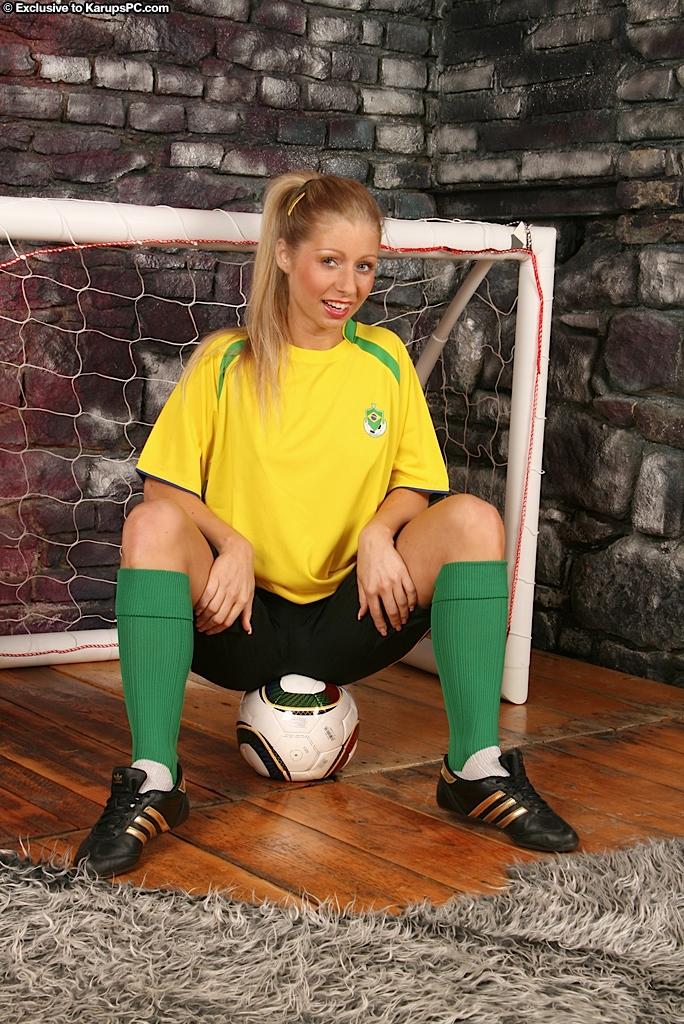 Милая модель со свелыми волосами Candy Blond стягивает свою футбольную форму и вводит пальчики в свою тесную киску