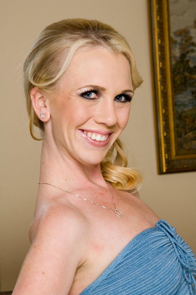 Блондинка с маленькими грудками Scarlett Summers достигает экстаза от порева