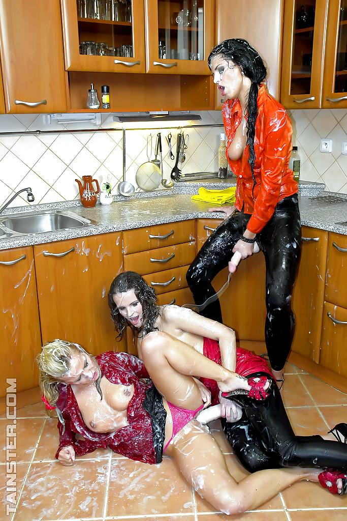 Три подруги поливают друг друга искусственной спермой на кухне