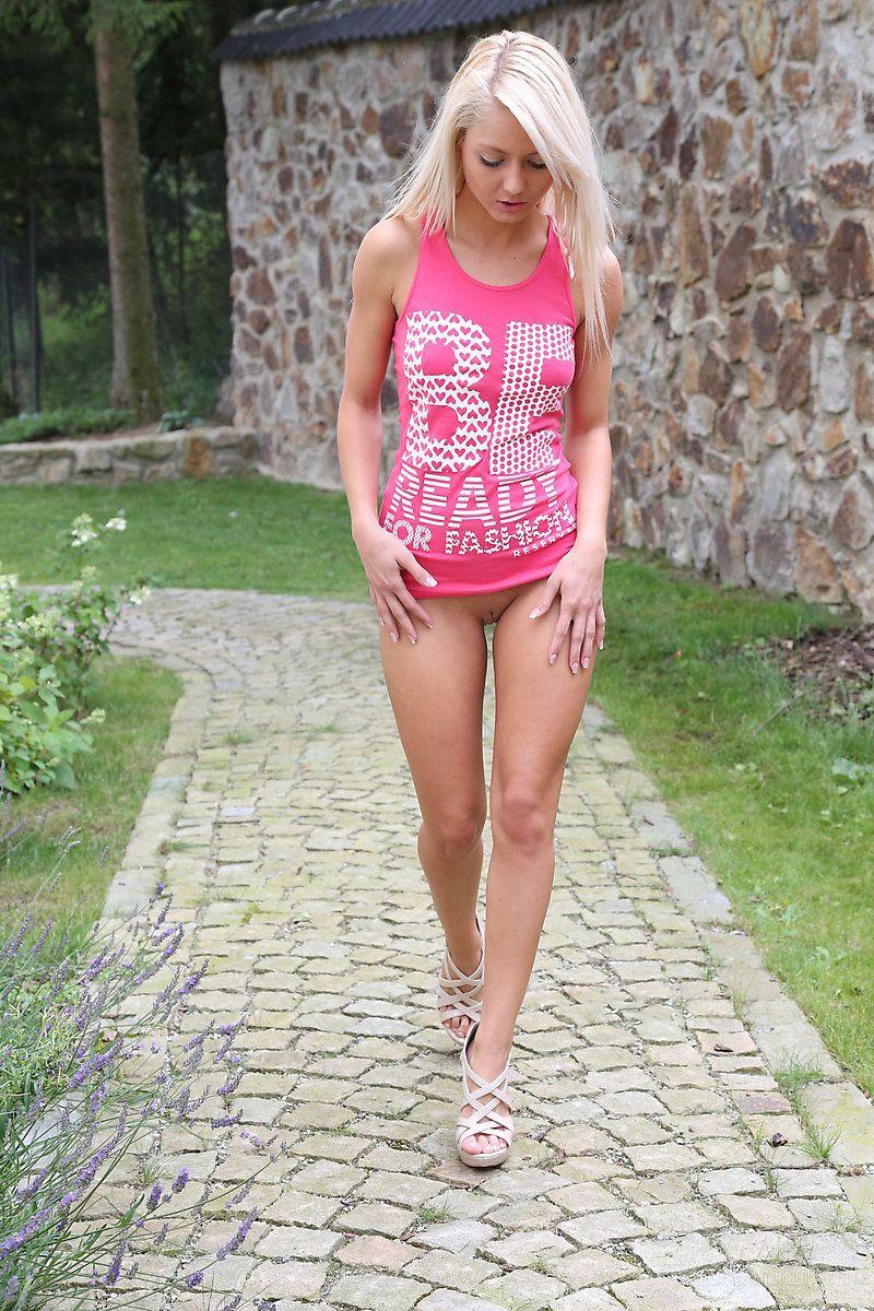 Невероятная блондинка-фетишистка Pinky June готова пописать в саду