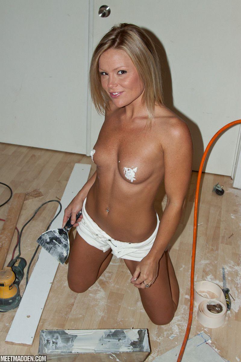 Вместо того чтобы заниматься ремонтом, светлая порноактриса Meet Madden демонстрирует свое тело