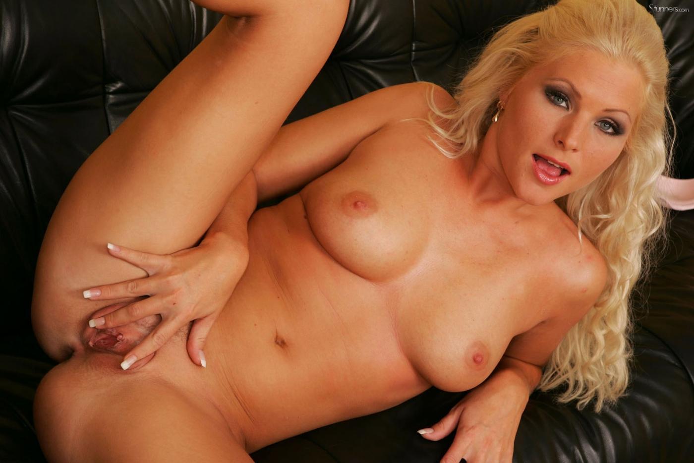Кучерявая блондинка с роскошной грудью Kathy Anderson жарит дырку стеклянным дилдо