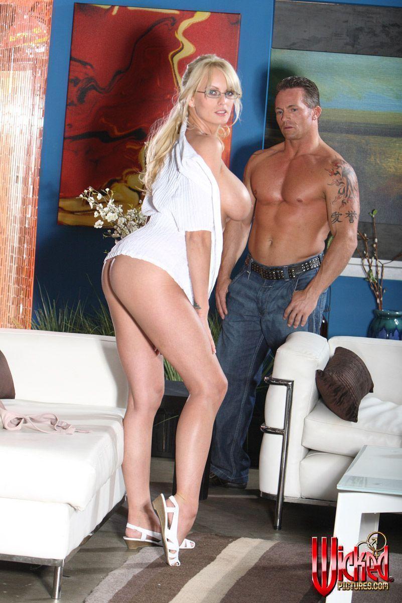 Знойная светлая порно звезда Stormy Daniels хвастается и снимает трусы перед парнишкой