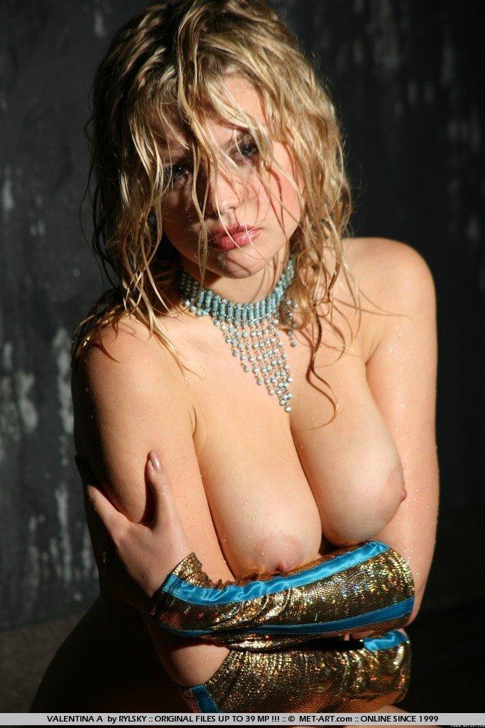 Грудастая и вся мокрая Valentina A обнажает свои сиськи