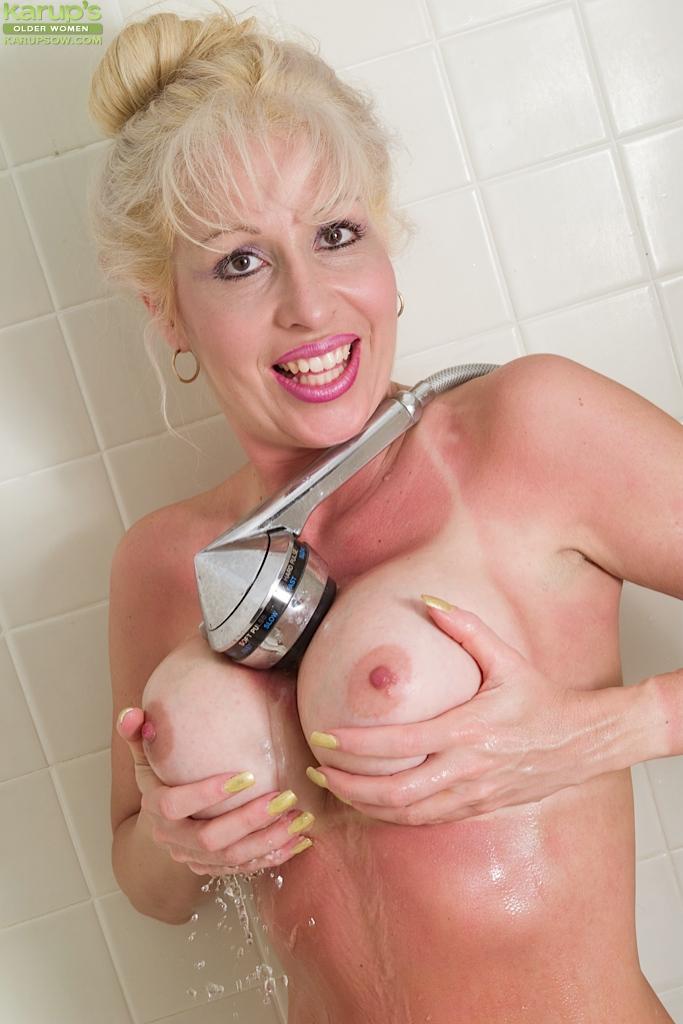 Возрастная тётя моется в ванной