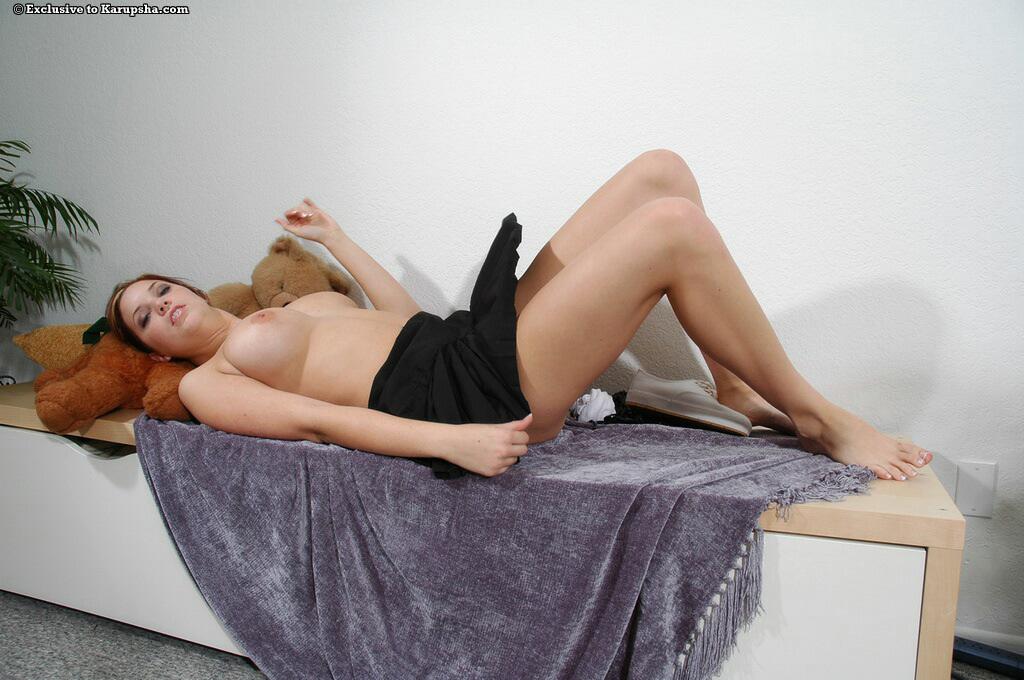 Титястая чирлидерша в короткой черной юбке Ashley Summer выставляет напоказ шикарную