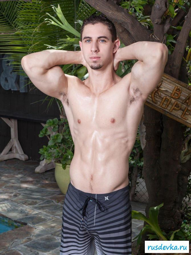 Внушительный болт молодого самца в бассейне