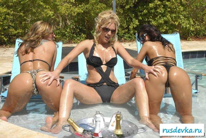 Раздетые пьяные любовницы на фоне бассейна