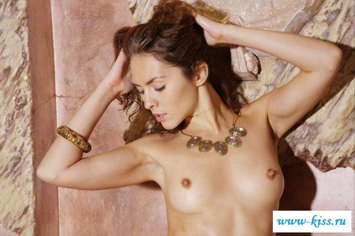 Раздетая 20-летняя дама с шикарными дойками