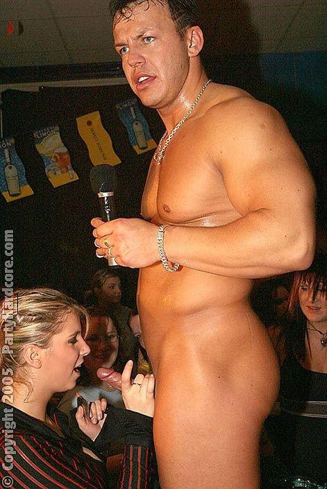 Девки пришли на вечеринку без бикини под платьем и занимаются клубным еблей с крепкими парнями