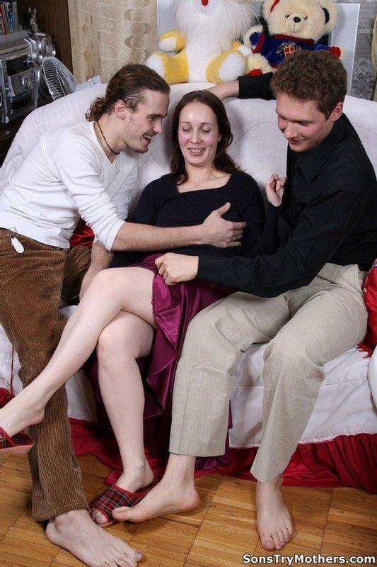 Мамка за всю жизнь не испытывала столько приятных ощущений, сколько подарили ей два Молодых, знойных юношу