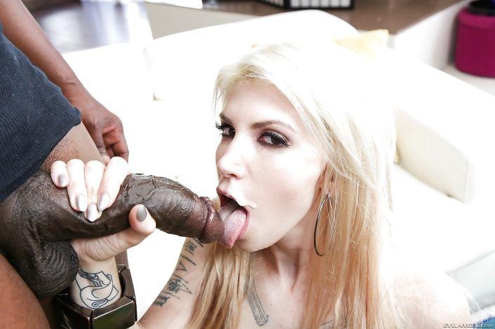 Татуированная блондинка с прекрасным попцом играется в попку с негритосиком и с трудом обхватывает губами головку пениса