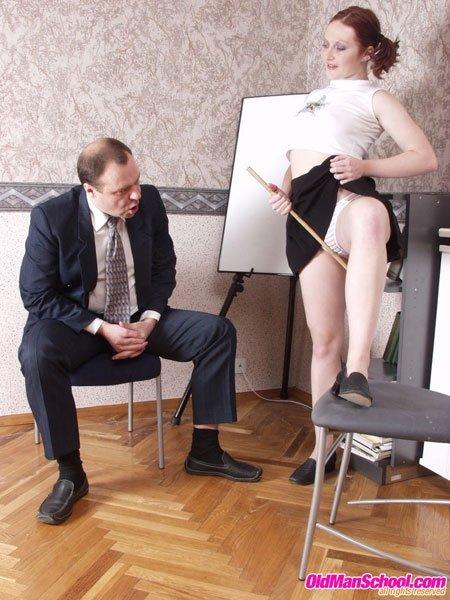 Игривая студенточка совращает мужчину и даёт ему себя разглядеть со всех сторон, а потом сосет