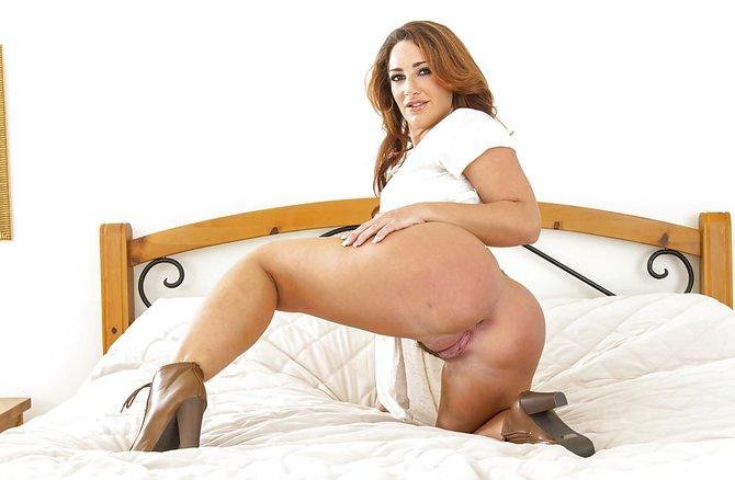 Толстая привлекательная мамка делает селфи без одежды у кровати