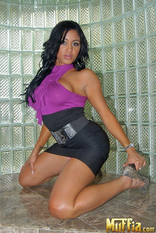 Темная девушка латинской внешности с смуглой кожей Lisa Lee обнажает свои громадные титьки и горячую попку с безволосой щелкой