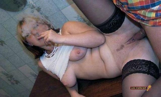 Поимел жирную дуру в носках пока она курила в домашних условиях
