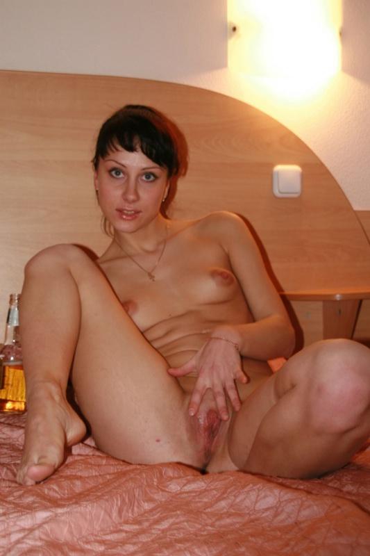 Красивая русская чика красуется без трусиков в кроватке в номере гостиницы