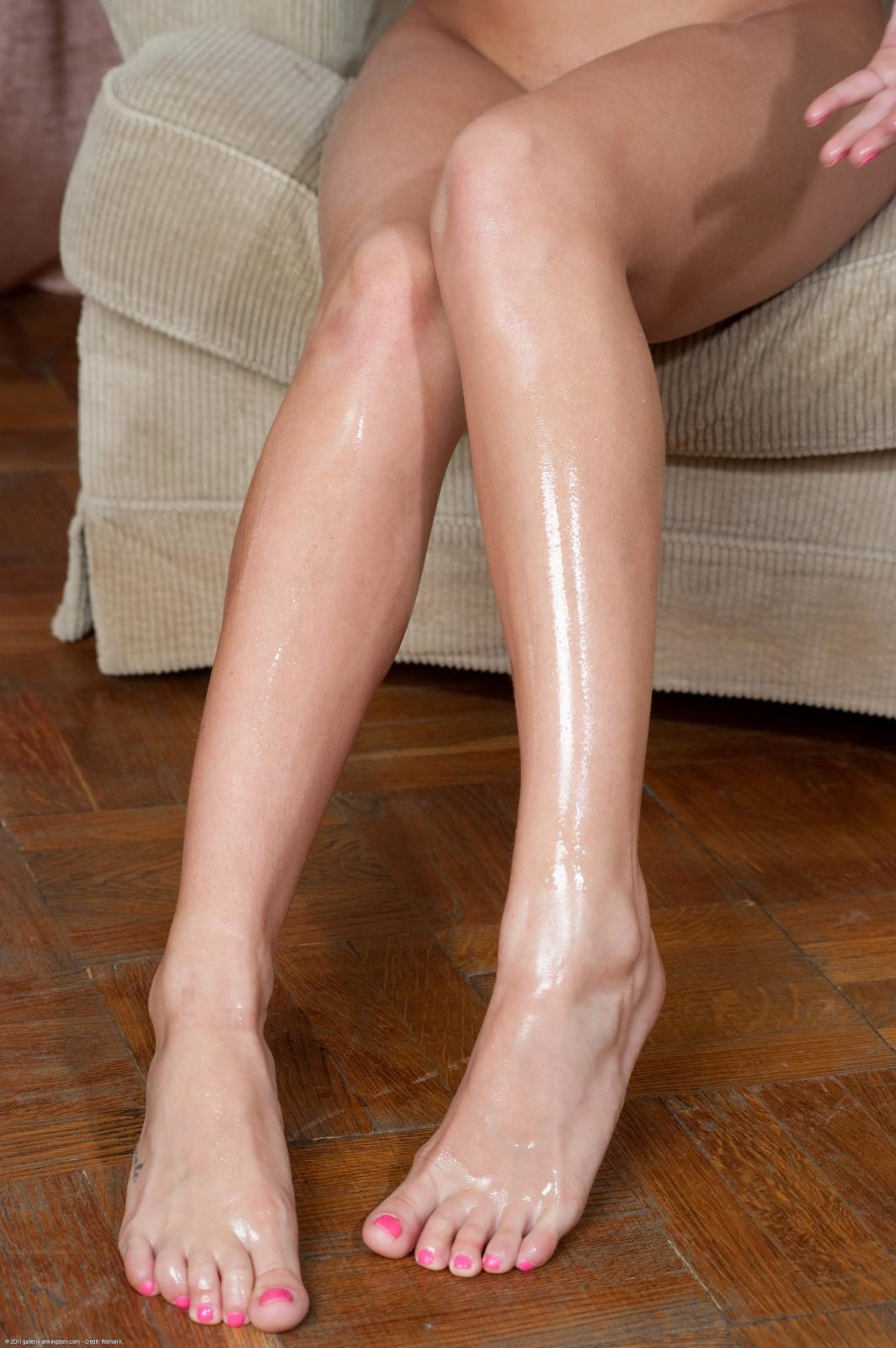 Раскованная блондиночка стаскивает стринги на камеру, показывая свои ухоженные ножки и прекрасные стопы