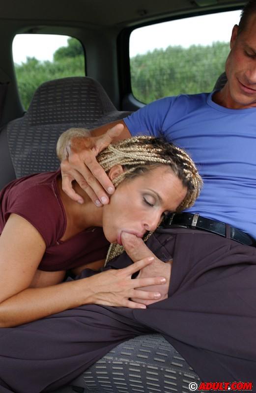 Сиськастая красавица ублажает мужика оральным сексом в авто секс-фото