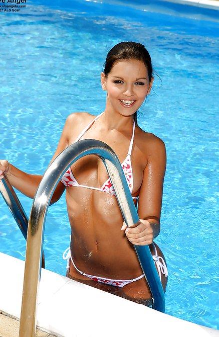 Страстная грудь у бассейна сводит с ума мужиков