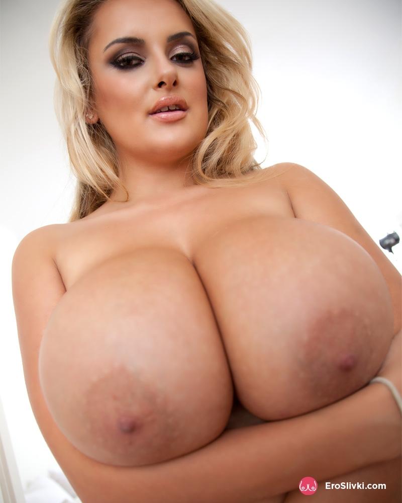 Светлая евро милашка Кэти демонстрирует супер гигантские силиконовая грудь