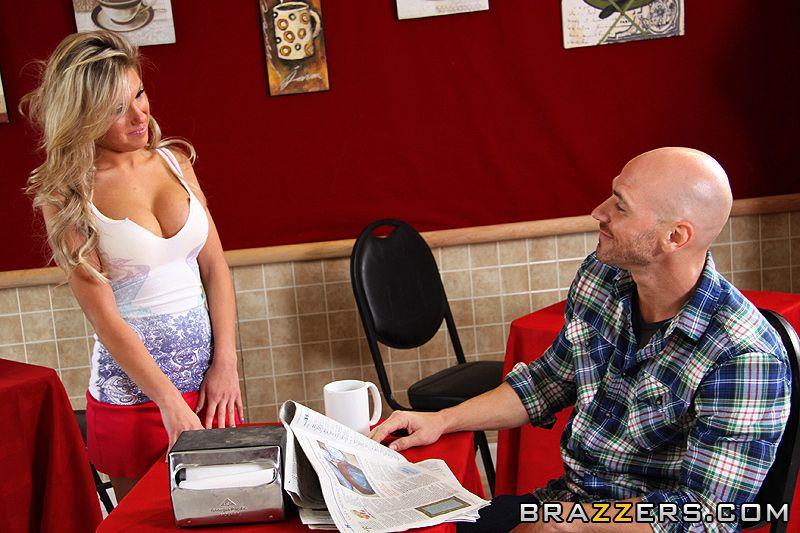 Хорошо сложенная светлая порно звезда Aubrey Adams в шикарной мини-юбке сношается у полный рост