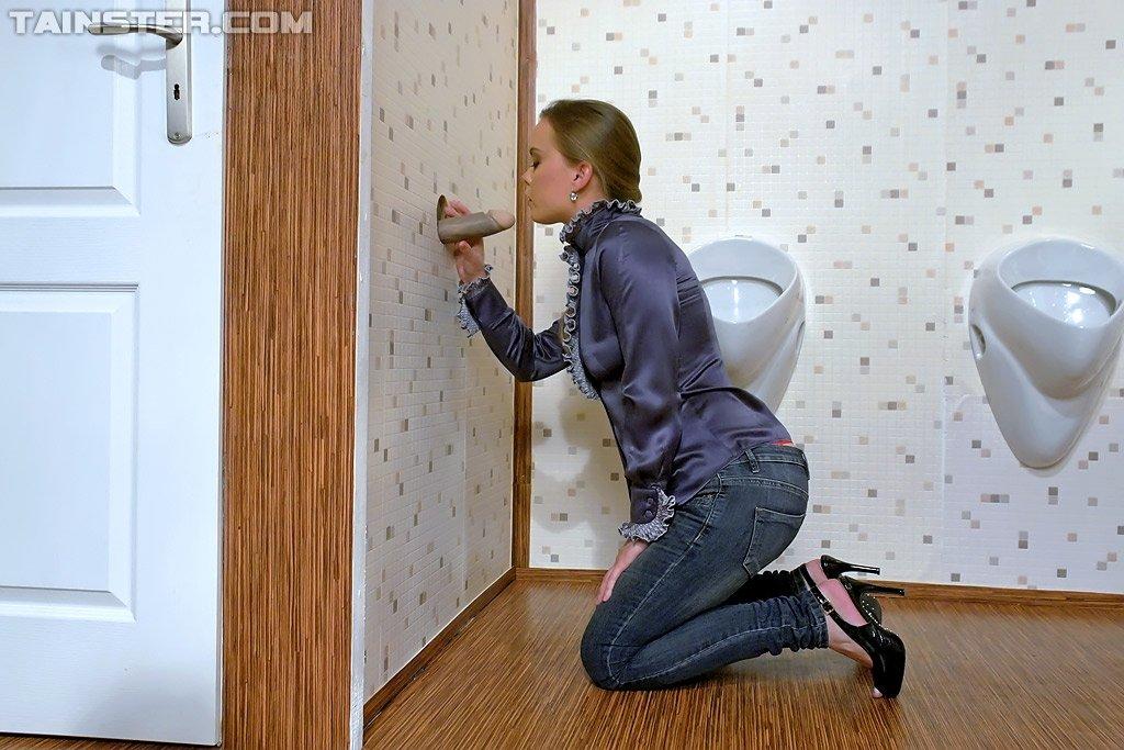 Замаралась в туалете