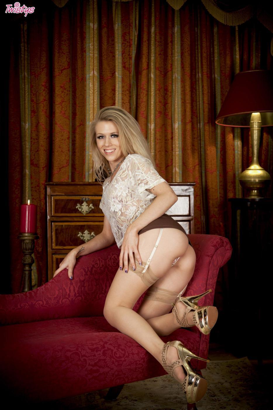 Светлая порно звезда Michelle Moist снимает нижнее белье до чулок и шалит с собой