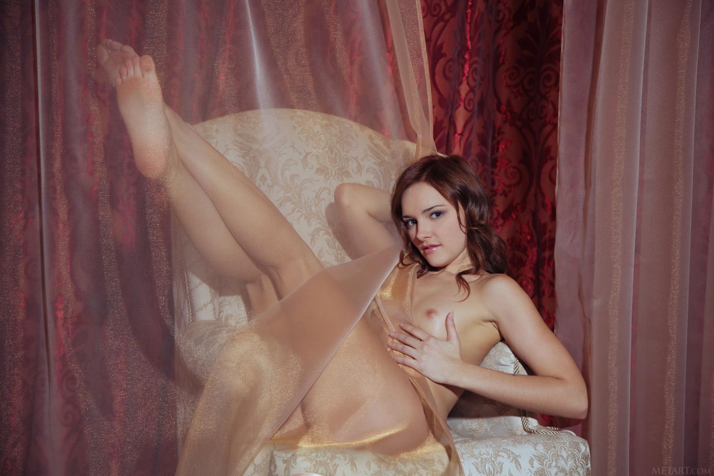 Горячая и чувственная девушка-подросток Cathleen A показывает свою красивую и побритую вагину на камеру