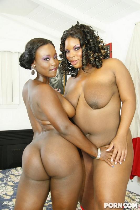 Черные лесби Bonnie Blaze и Hershey Pipes вылизывают и трахают игрушками коричневые писи друг друга