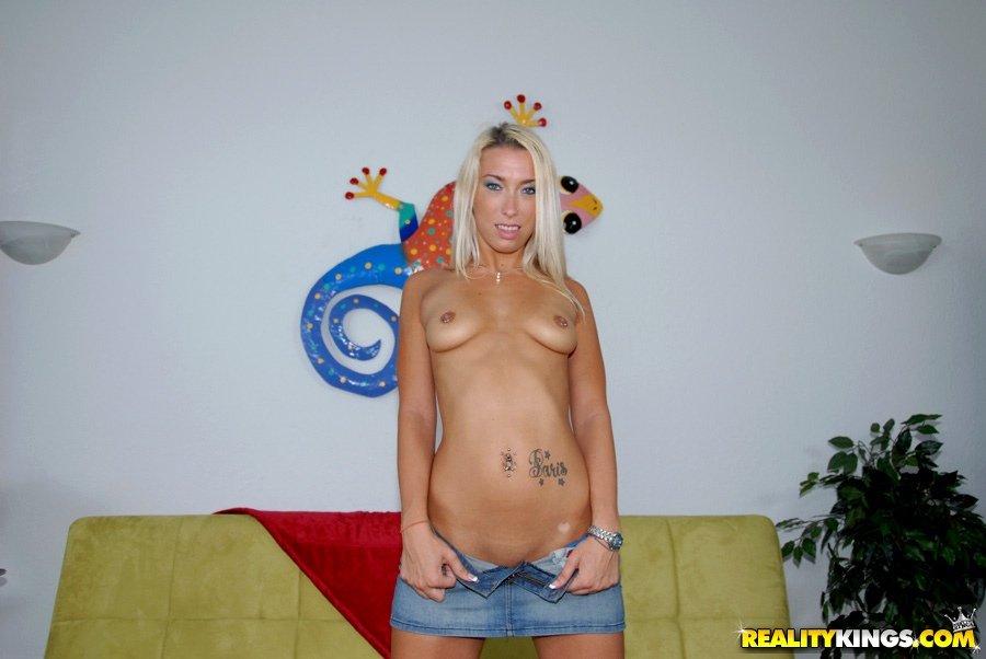 Развратную блондиночку Jessica Woods в миниатюрных трусиках насаживают на большой член