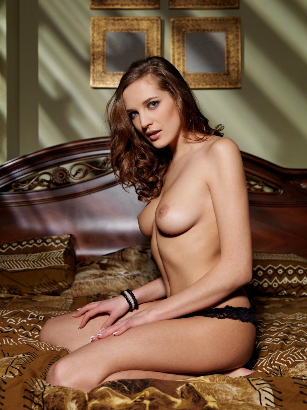 Хорошенькая брюнетка Sandra D голая растянулась перед объективом