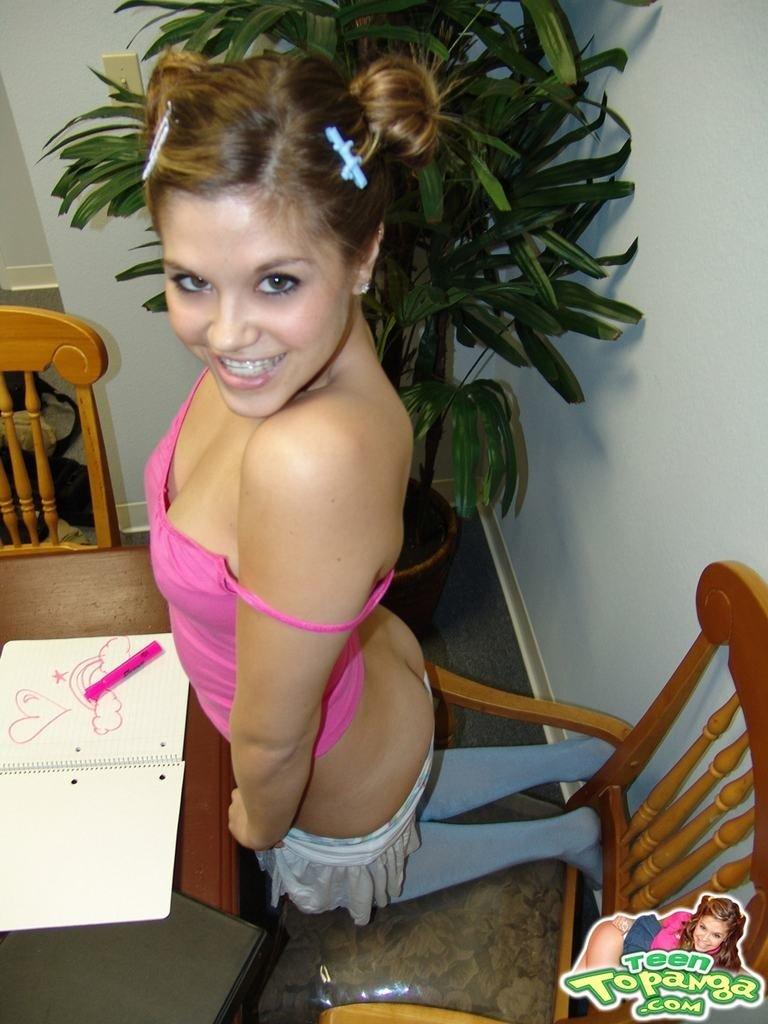 20-летняя студентка за столом обнажает сладенькую щелку