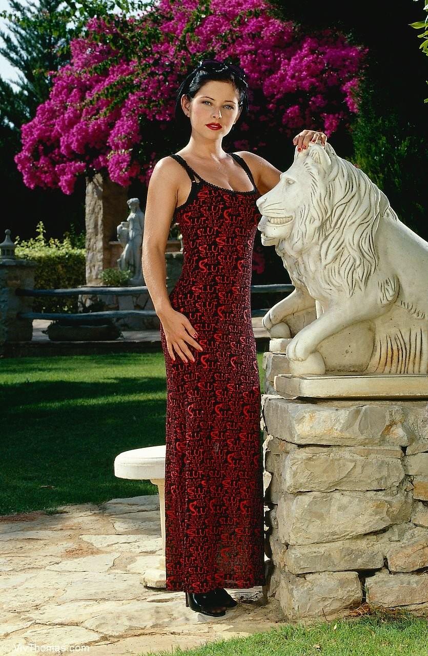 Вера сбросила красное платье