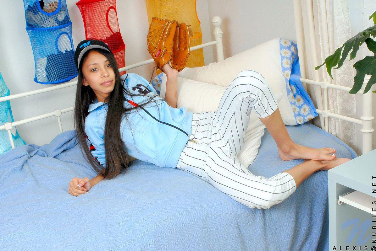Любительница бейсбола Alexis Love снимает свою спортивную форму и возбуждает себя