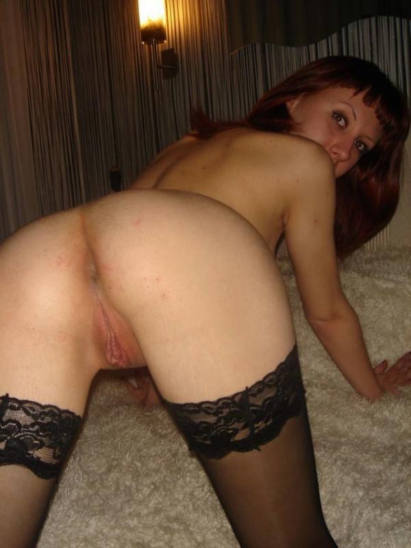 Рыжеволосая проститутка показывает свою промежность