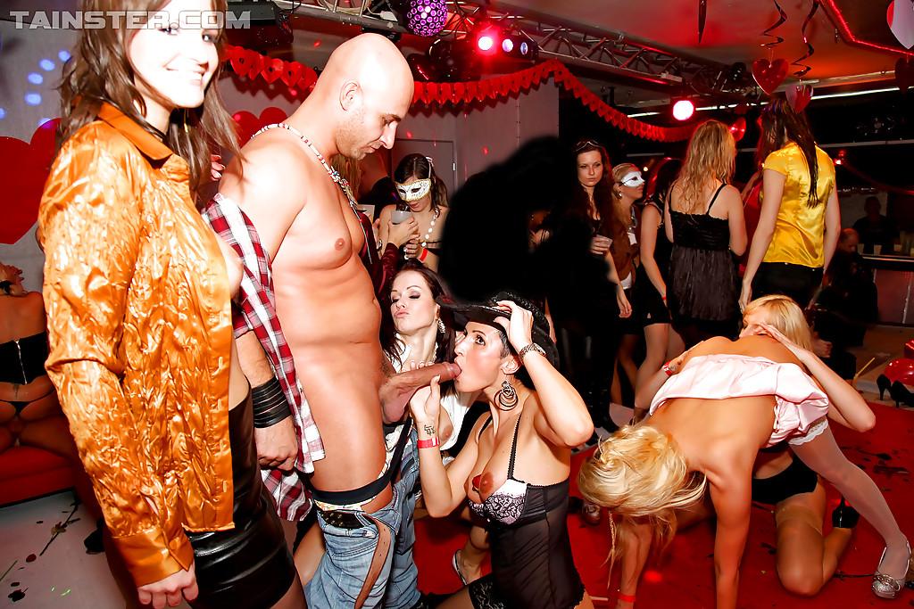 Стриптизёры трахают похотливых домохозяек на клубной вечеринке