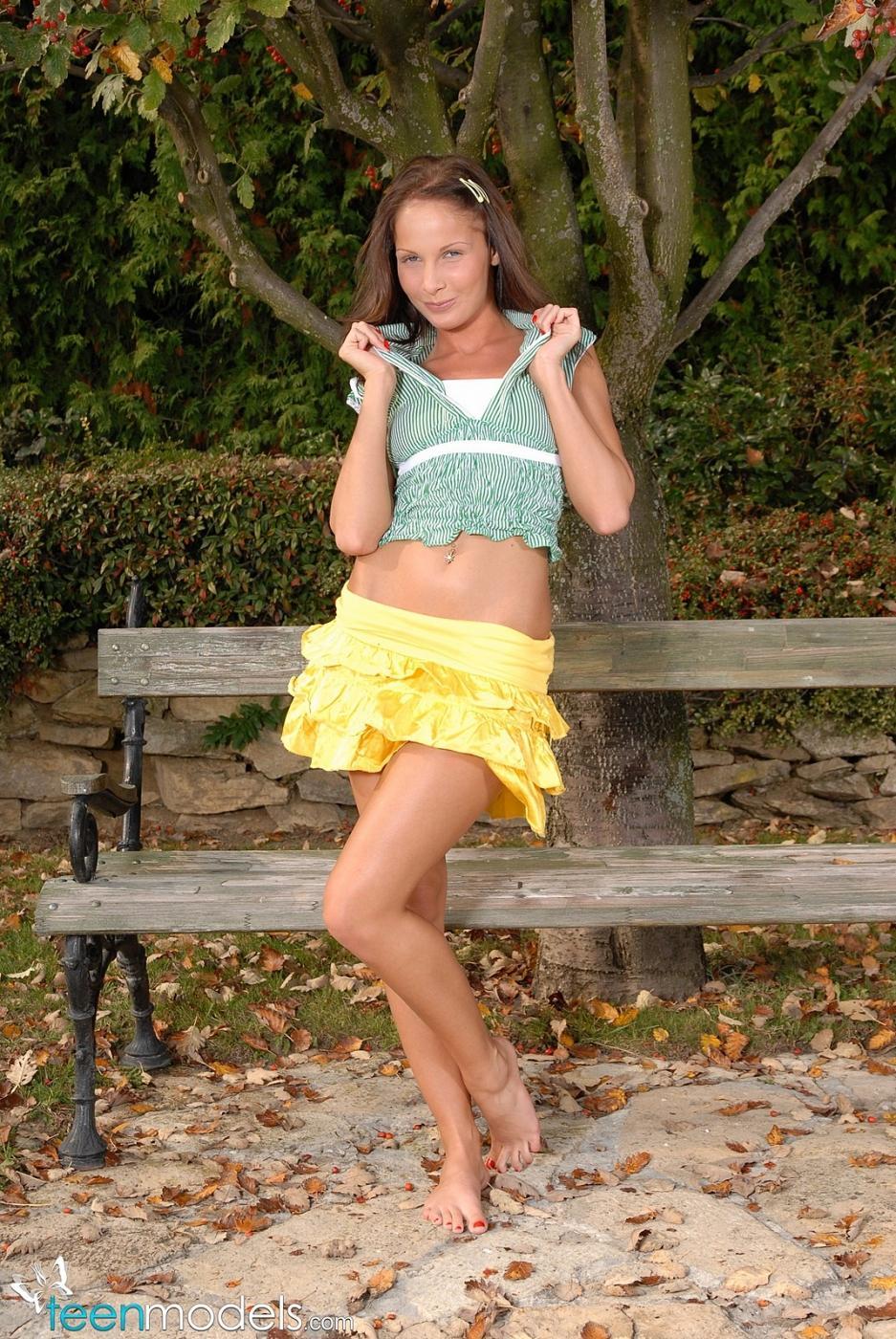 Молоденькая барышня с шикарной задницей Lauren May снимает юбочку с трусиками, а потом занимается фистингом