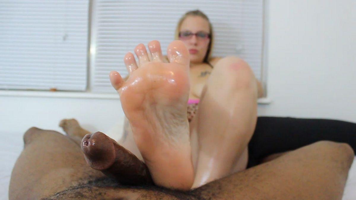 Никки мастурбирует фаллос ножками, негру