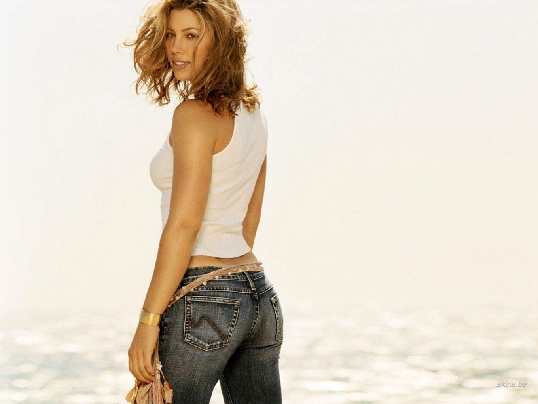 Попа Джессики Бриель в джинсах